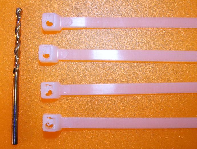 Bevor die Kabelbinder und die Platine verschraubt werden können, müssen die Köpfe der Kabelbinder vorgebohrt werden.