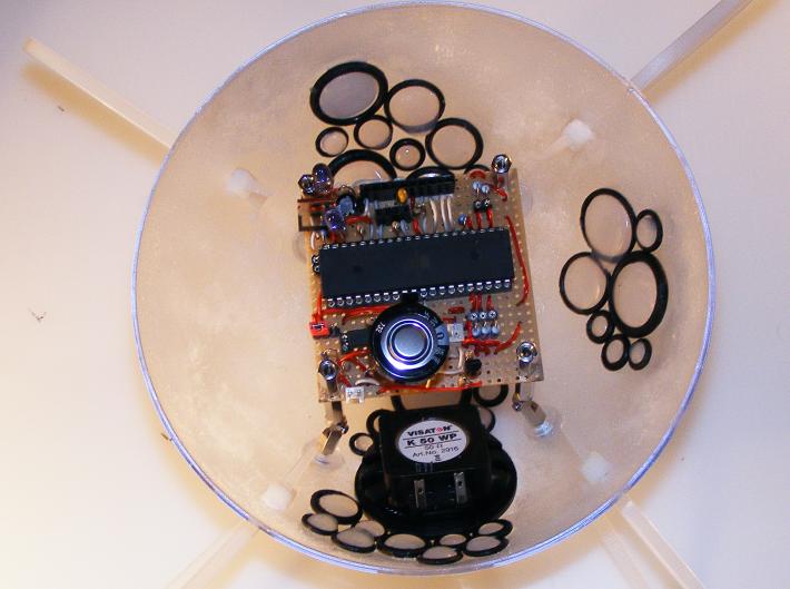 Blick auf die Innenseite der unteren Kugel mit der Mikrocontrollerplatine.