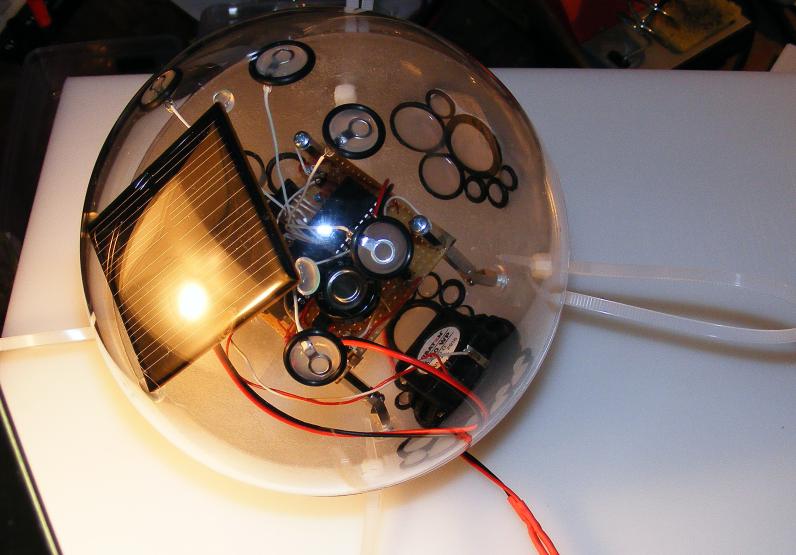 Blick auf die verschlossene Licht-Klang-Kugel.