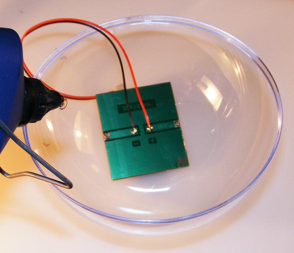 Fixieren der Solarzelle mit Heißkleber.
