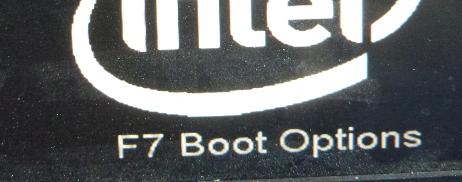 Hinweis am Bildschirm beim Rechnerstart dazu, mit der Funktionstaste F7 ins Bootmenü wechseln zu können (Beispiel).