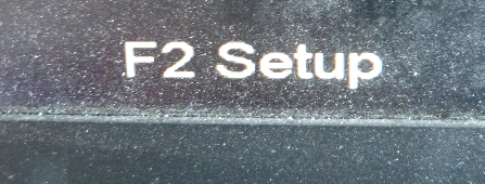 Hinweis am Bildschirm beim Rechnerstart dazu, mit der Funktionstaste F2 in die BIOS-Einstellungen zu gelangen (Beispiel).