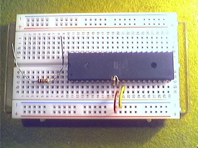 Schritt1 - Spannungsversorgung mit Drahtbrücken verbinden, Reset mit VCC über 10kΩ-Widerstand (braun, schwarz, orange) verbinden.