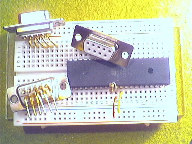 Schritt2 - Gewinkelte 9-polige D-Sub-Buchse zurechtschneiden (Pins 1,2 und 9 entfernen - Pin-Nummerierung ist oft auf Gehäuse geprägt) und -biegen und einsetzen.