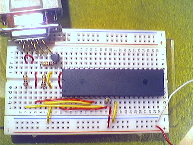Schritt8 - Test der Schaltung: Anschluß über serielles Verlängerungskabel an den PC, Anlegen der Betriebsspannung, Ausführen des Lesebefehls im Terminal am PC.