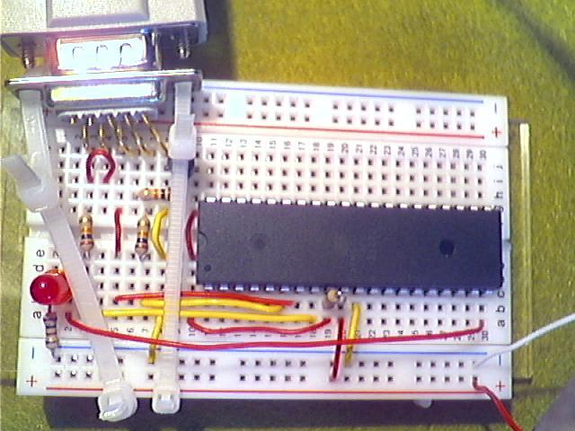 LED ergänzt: Kathode über 100Ω-Widerstand (braun-schwarz-braun) gegen Masse (GND) und mit der Anode an Pin 20 des ATmega32 angeschlossen (PD6).