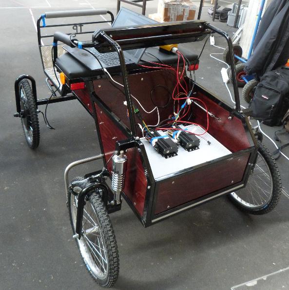 Kutsche von hinten. Man sieht die Motortreiber. Der Koffer enthält die Lithiumbatterien.