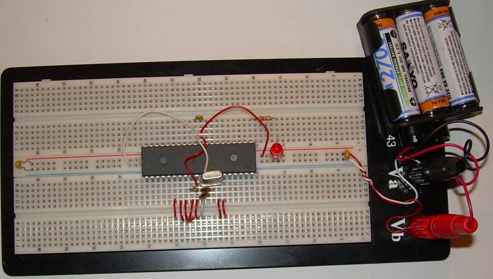 Grundbeschaltung eines ATmega32 auf einem Steckbrett.