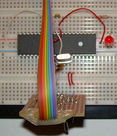 Grundbeschaltung eines ATmega32 auf einem Steckbrett mit angeschlossenem Programmiergerät.