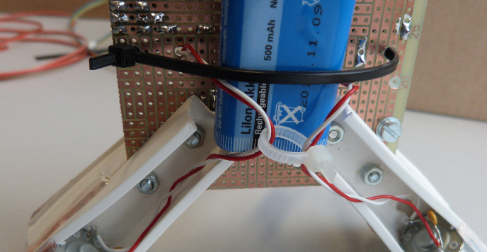 Kabelbinder als Batteriehalter.